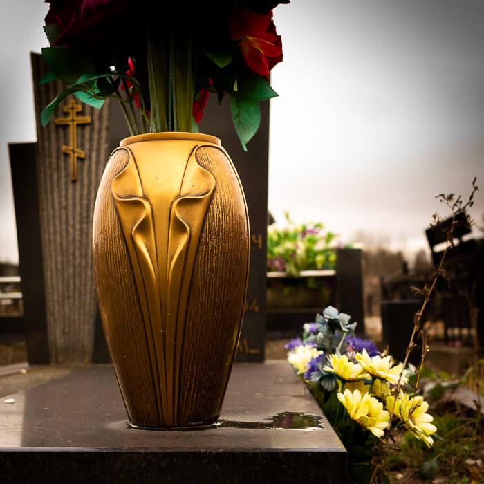 Бронзовая ваза прекрасно сочетается с другими аксессуарами из бронзы Каджиати