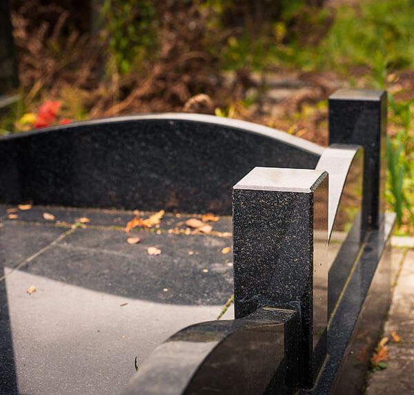 Ограды на кладбище из гранита являются важным элементом мемориального ансамбля и выполняют особую декоративную функцию