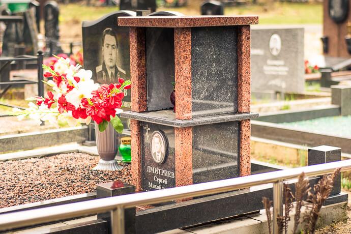 Пример семейного колумбария из гранита на кладбище в Минске