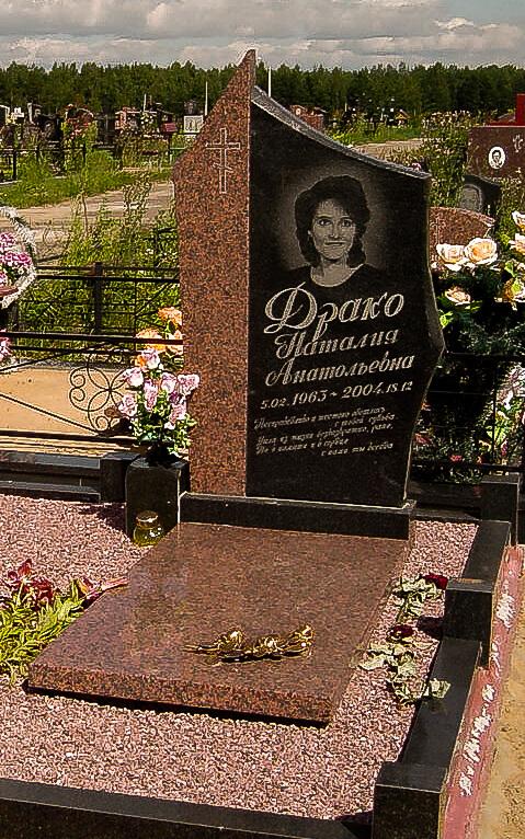 Гранитный комбинированный памятник на кладбище
