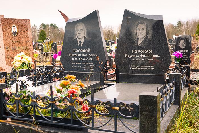 Гранитный комплекс на кладбище в Минске