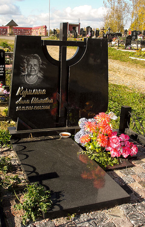 Памятник в виде креста, фото нашего изделия, установленного на Северном кладбище