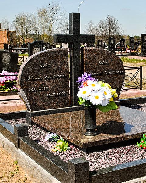Гранитный крест, памятник семейной паре на минском кладбище