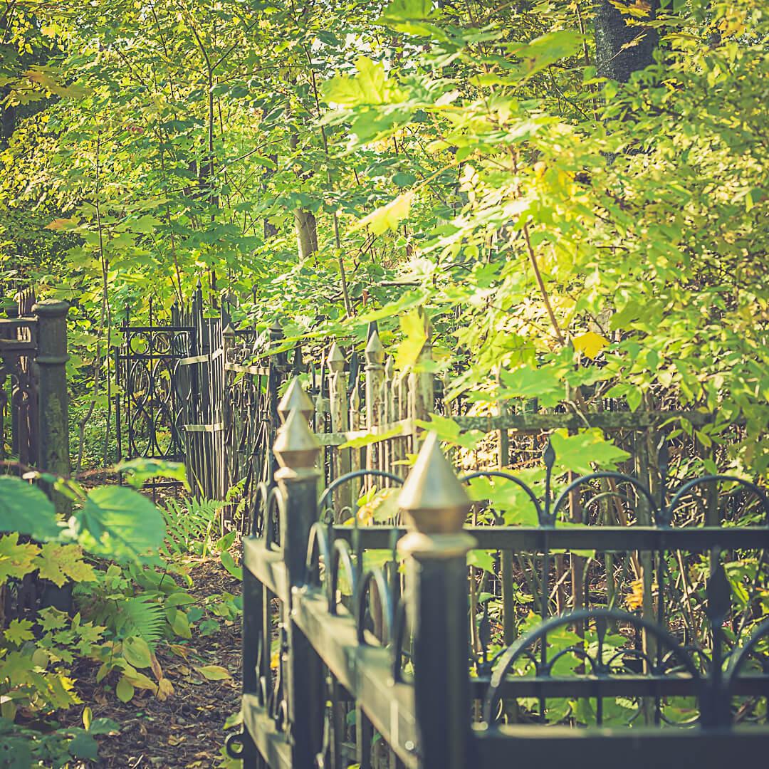Металлическая ограда - обязательный атрибут всех кладбищ Минска