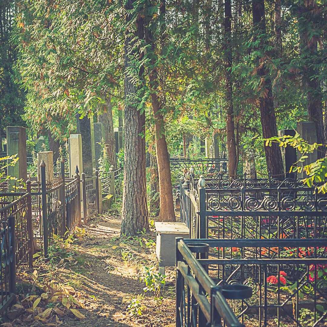Типичная металлическая ограда имеет полметра в высоту и изготавливается под размер захоронения