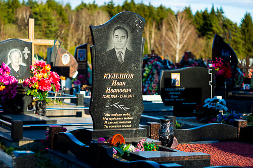 Одиночные памятники на могилу, установленные на кладбище