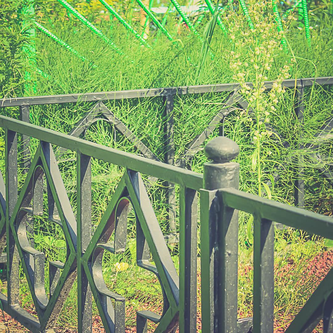 Даже недорогие ограды из металла требуют качественного изготовления