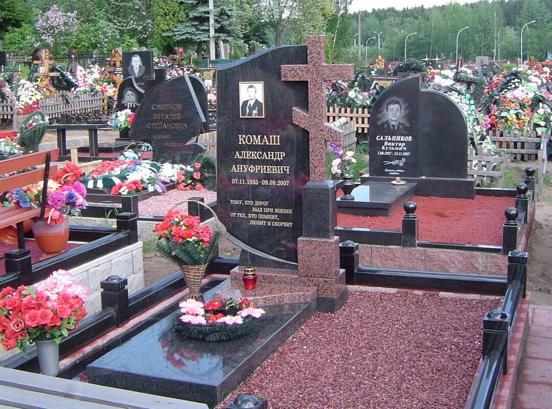 Памятник в виде надгробного креста