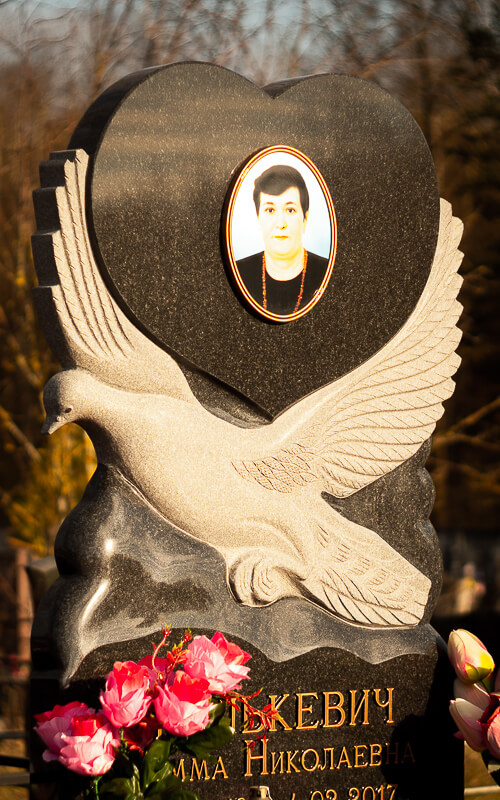 Памятник в форме сердца на кладбище Минска