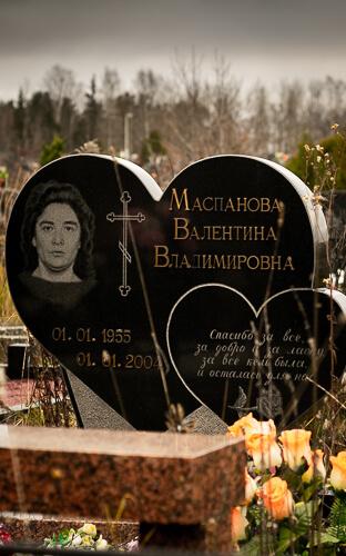 Памятник в виде сердца из гранита