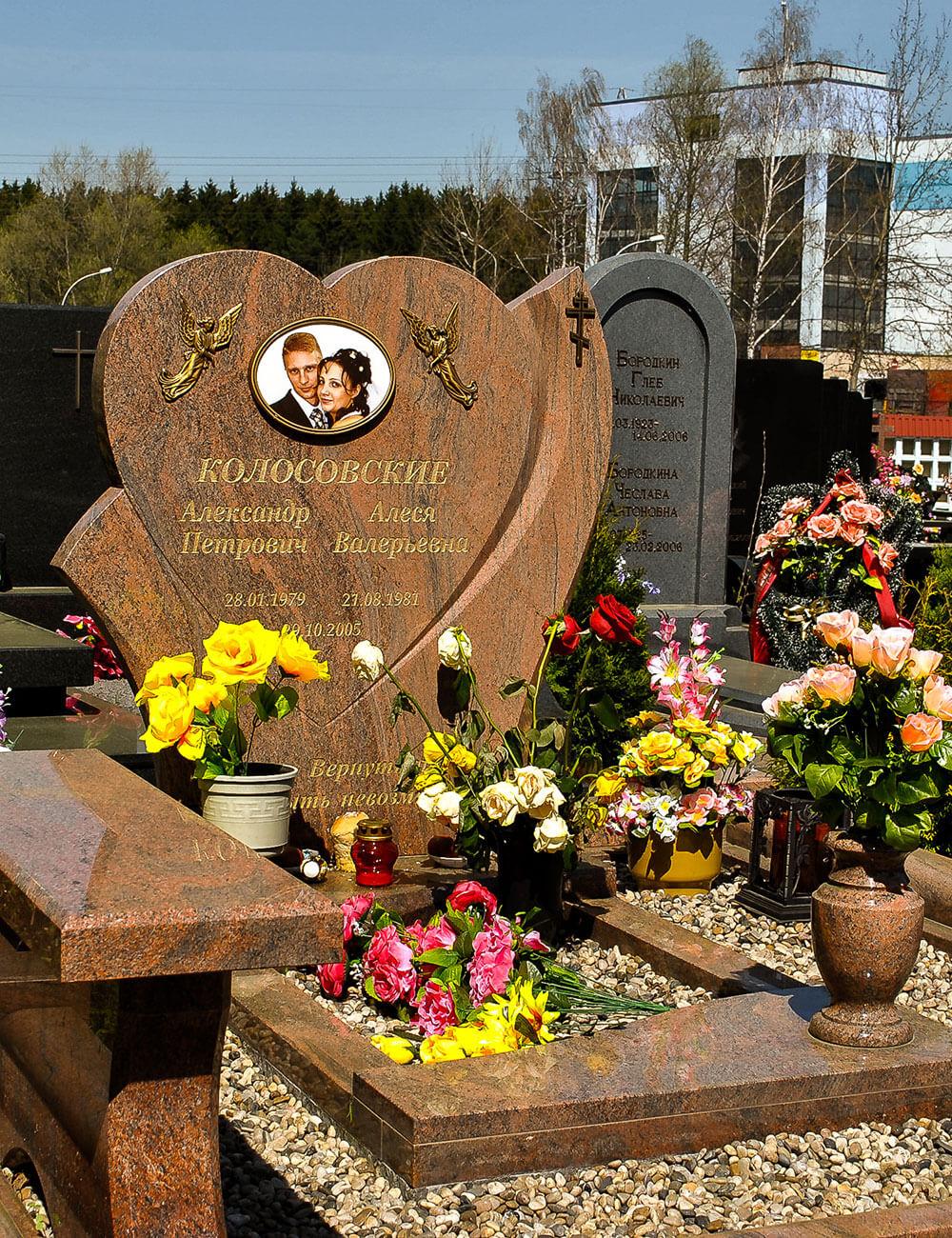 Памятник в виде сердца на могилу