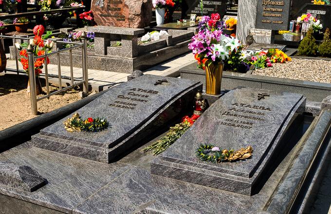 Памятник на двоих - фото с одного из кладбищ Минска