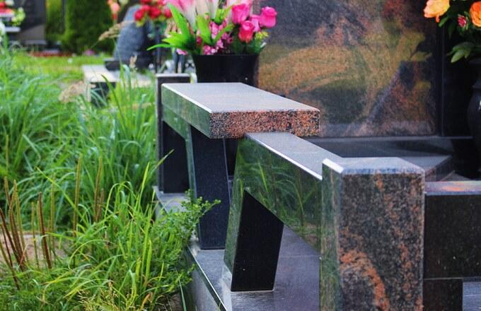 Установка скамейки на кладбище