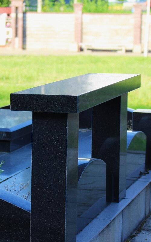 Скамейка на кладбище