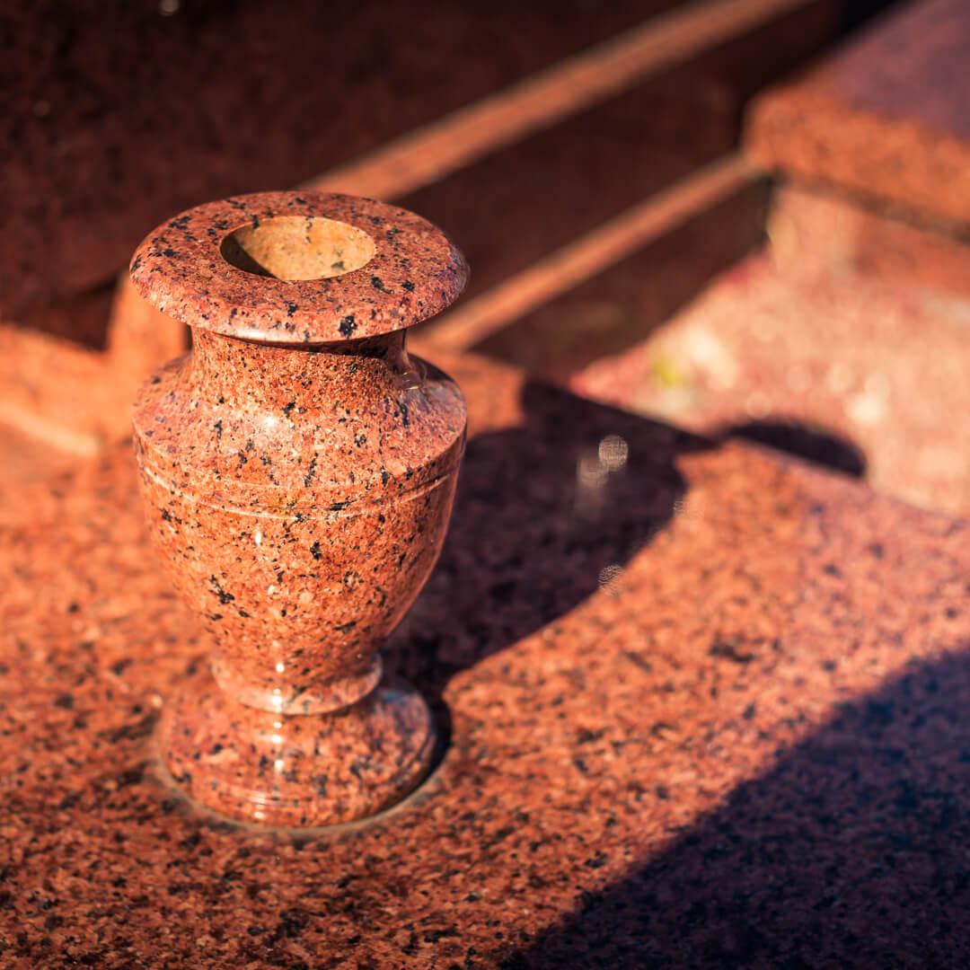 Гранитная ваза из красного камня