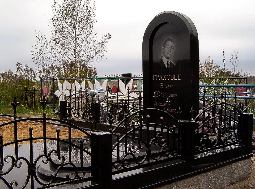 Вертикальные памятники на могилу из натурального камня